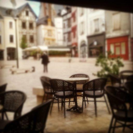 """""""J'étais assise en terrasse, pour la troisième fois en trois jours. Il pleuvait légèrement. Les pavés d'Orléans brillaient sous les éclaircies."""""""